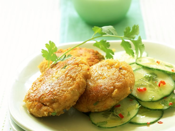 Linsen-Ingwer-Frikadellen mit Gurkensalat | Zeit: 30 Min. | http://eatsmarter.de/rezepte/linsen-ingwer-frikadellen-mit-gurkensalat