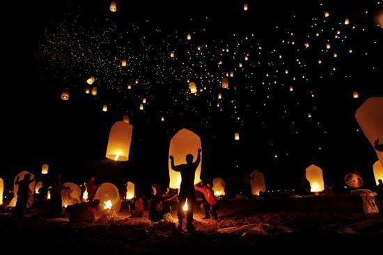 Los conocemos como globos de cantoya, globos de luz, de fuego, de deseos, globos luminosos, sky lantern, chinese lantern, linternas de Kongming, linternas de luz o velas voladoras. Ameniza estupendamente todo tipo de evento.