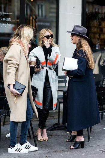 街角でおしゃべりする3人の女性。  一番目を引くのは、やはりスニーカーの女性ですよね。