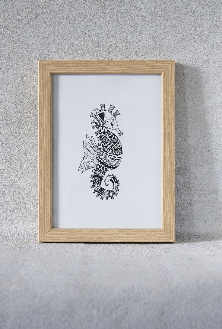 Illustration af søhest i sort/hvid print med ramme - VIIL Illustration of a seahorse in black/white print - VIIL Great as wall decor in your house also in the childrens  room. Photo: Camilla Hey