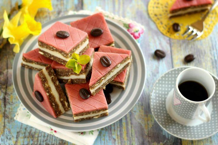 Egy újabb variáció, a kekszes és sütés nélküli édességek listáján. Mivel a nyers marcipánmassza igen drága, elkészíthetjük magunk...