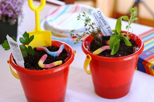 Birthday dirt cake, love these, maybe payton's 3rd birthday will be a spring garden party :)