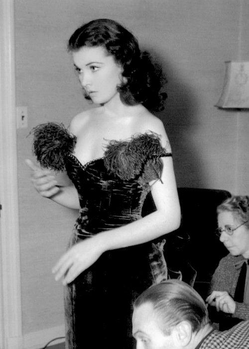 Vivien Leigh behind the scenes of Gone with the Wind, 1939. (Вивьен Ли за кулисами Унесенные ветром, 1939.)