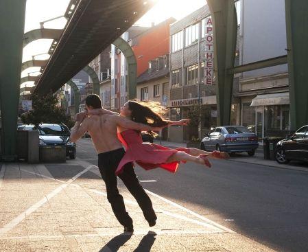 Article de Josée Blanchette dans le Devoir sur Pina et Danser avec le chaos.     Des vérités faites pour nos pieds,  Des vérités qui se puissent danser.  Nietzsche(été 1888)