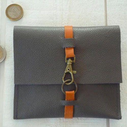 Avec des chutes de cuir, on se fait un porte-monnaie hyper facile à réaliser ! Vous pouvez le coordonner à votre sac ou l'offrir...