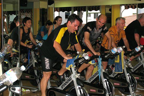 En una clase de spinning se pueden perder entre 600 y 800 calorías, según la condición física y la intensidad a la que se trabaja sobre la bicicleta estática