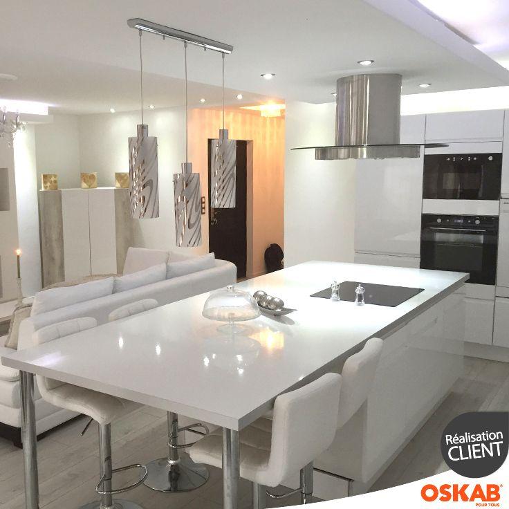 Cuisine Ouverte Sur Salon Avec Ilot Central Multifonction Preparation Cuisson Et Coin Repas Total Look Blanc Meubles Plan Et Murs Accessoir