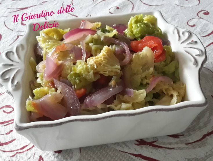 La verza e cipolle al microonde è un gustoso contorno veloce dietetico, con in più il pomodoro ad arricchire il tutto, di facile preparazione