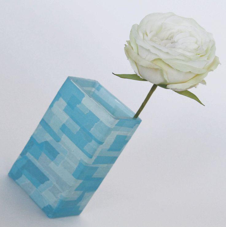 Dégradé de bleus avec des morceaux de mt sur un vase