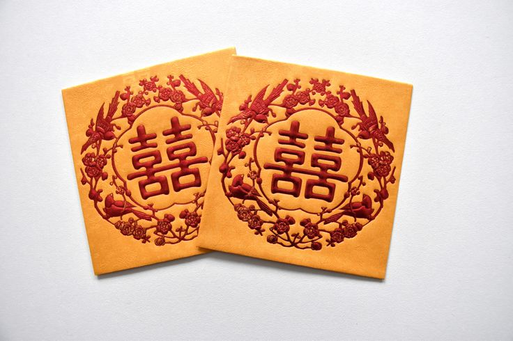 A beautiful and modern designed 'double happiness' lai see packet in Gold, Red and Pink with a wreath design.