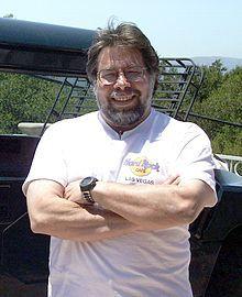 Steve  Wozniak est né  en 1950 à San José en Californie.C'est un informaticien, professeur d'informatique et électronicien américain. Il est cofondateur de la société Apple Computer  avec Steve Jobs et concepteur des premiers Apple (dont Apple I, Apple II, Apple III, Lisa divers périphériques...), et est un des pionniers de l'industrie micro-informatique.