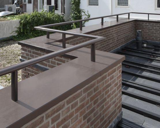 Aluminium Roval-Baluster® (ovale handrail) naadloos gemonteerd op aluminium muurafdekker Roval type F (beide gemoffeld RAL 8019)