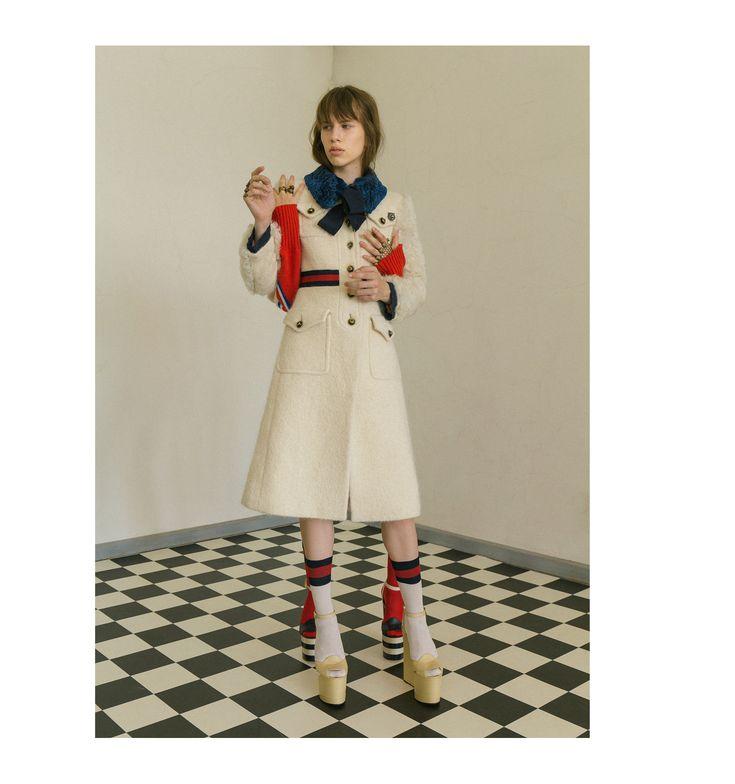 Креативный директор Gucci Алессандро Микеле будто бы создал униформу для студентов школы искусств: платья как из винтажной лавки, джинсовые куртки, покрытые нашивками, щегольские яркие костюмы, блузки с рюшами, застегнутые под горло. Прибавьте к этому затуманенный взгляд за гигантскими очками — и образ современного богемного арт-студента готов.