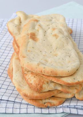 Hoewel ik al meerdere keren naanbrood heb gegeten, had ik het nog nooit zelf gemaakt. Wat een wereld van verschil zit er tussen het zelfgemaakte naanbrood en dat uit de supermarkt zeg. En heel cliché,