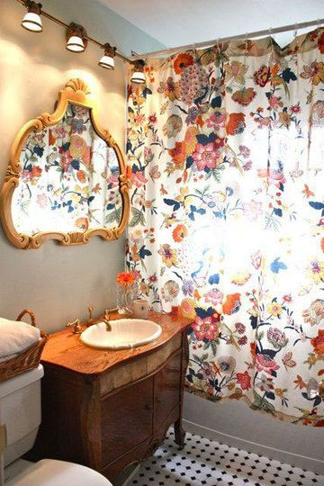 I'm not sure if I'd like this bathroom at night, but in daylight it's so cheerful