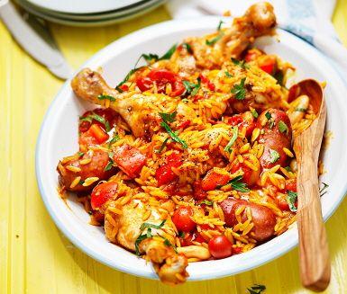 Paella görs normalt sett på ris men här kommer en variant på den italienska pastasorten risoni. En typisk paella brukar också innehålla kyckling, het korv och skaldjur, men här gör vi rätten lite mustigare och ruffigare genom att ta bort skaldjuren. En mättande måltid och härlig blandning av doft och smak!