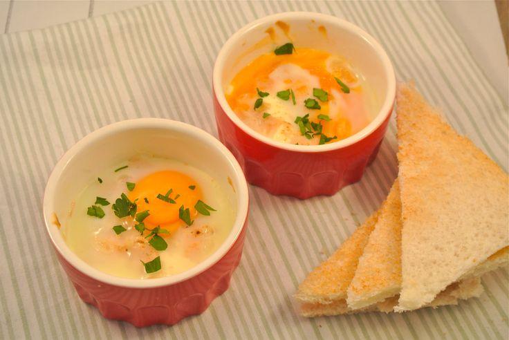 Een lekker en simpel recept voor het paasontbijt of de paasbrunch. Het is weer net even anders dan een gekookt eitje maar toch makkelijk en snel te bereiden. Serveer er een lekker broodje bij om erin te dippen. Tijd: 10 min. + 15 min. in de oven Recept voor 2 personen Benodigdheden: 2 eieren 2...Lees Meer »
