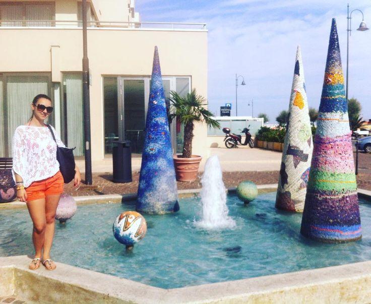 Miramare di Rimini - Agosto 2014  #summer #estate #rimini #miramare #italy #italia #sea #summer #sun #sole #sky #cielo #legs #gambe #fontana #fountain #coni #cones #arte #art #scultura #sculpture #shorts #pantaloncini #topcrochet #crochet #sunglasses #occhialidasole by dark_lolita310