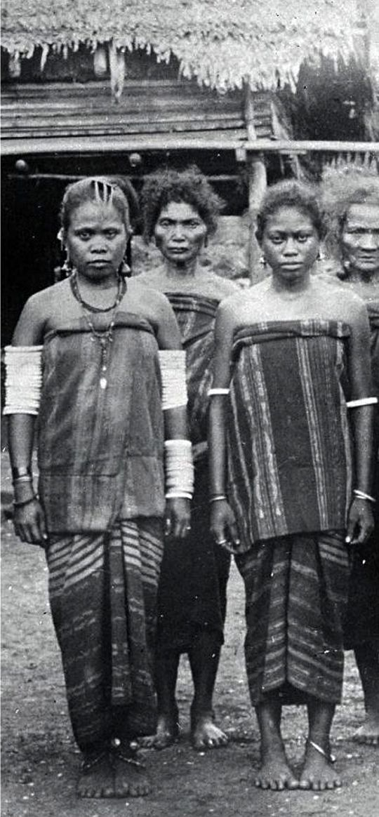 Women from the Tanimbar Archipelago wearing shell armbands (belusu).  ca. 1930 ||| Source; Ethnic Jewellery from Indonesia: Continuity and Evolution. Bruce W Carpenter. Pg 43