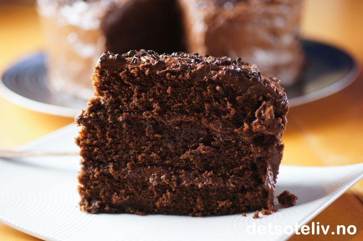 """Kaken fra syndenes by... Høres forlokkende ut, ikke sant:-) At du begår både en og to og tre dødssynder når du spiser på denne fantastiske, amerikanske sjokoladekaken er temmelig klart, i hvert fall dersom du regner syndene dine i kalorier. For sjelen din vil jeg derimot påstå at du gjør en veldig god gjerning:-) """"Sin City Cake"""" er en fuktig 3-lags sjokoladekake med MYE mørk sjokolade, sterk kaffe og herlig sjokoladekrem. Nyyyyyt syndene dine - og du vil aldri angre...;-)"""