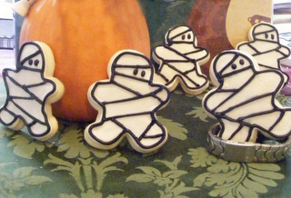 Mummy cookies, using gingerbread cutter. These are so cute!