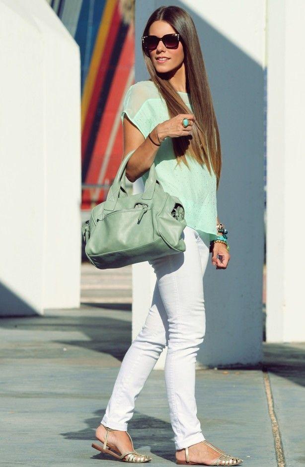 Pantalon blanco, sandalias doradas planas, blusa y bolso al codo  en verde menta. Outfit perfecto y fresco para el veran. www.alhuca.com