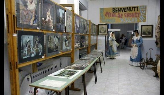 Museo della cultura Arbereshe – BASILICATA. PU - via Regina Margherita 10, 85030 S. Paolo Albanese (PZ), T 097394469-367, F 097394368 Int € 2, rid € 1.50 (fino a. 18) - Sempre aperto 9-13/15-18 - mcarbereshe@hotmail.it Nato nel 1984. Museo diffuso nel centro storico con testimonianze della cultura Arbereshe: oggetti d'uso quotidiano, costumi tradizionali, fasi di lavorazione della ginestra con fonti fotografiche ed esposizione di attrezzi da lavoro http://www.comune.sanpaoloalbanese.pz.it
