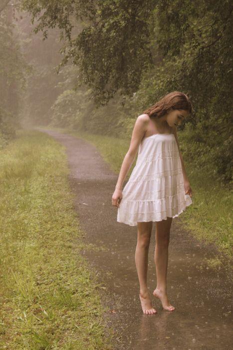 Ignoriert man, dass das nur ein Rock ist und kein Kleid ist das ein total schönes Foto. Ich kann den Regen riechen.