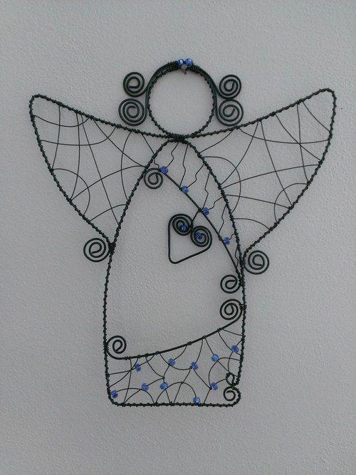 Bricolages et décorations, artisanat d'art avec du fil métallique et des perles ou objets divers.