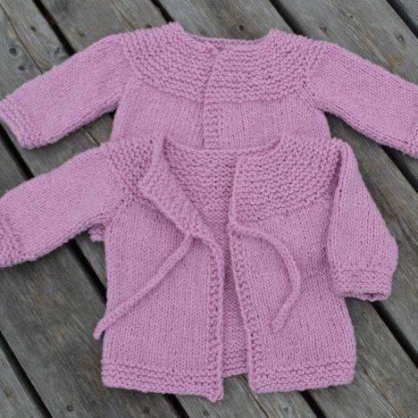 Sticka och skicka-eldsjälen Anna Braw har gjort en babykofta som du kan sticka med det rosa garnet som sålts i HJ Shop. Det är en lite längre variant som stickas från halsringningen och neråt.
