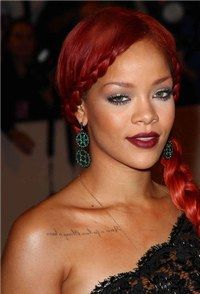 tatouage femme - tatouage Rihanna - Tatouage : pourquoi se faire tatouer - Mais qu'est-il donc écrit sur la clavicule de Rihanna ? © Sipa Si certaines prétendent faire ce qu'elles veulent avec leurs cheveux (!), nous, on estime avoir le droit d'en faire autant avec notre corps...