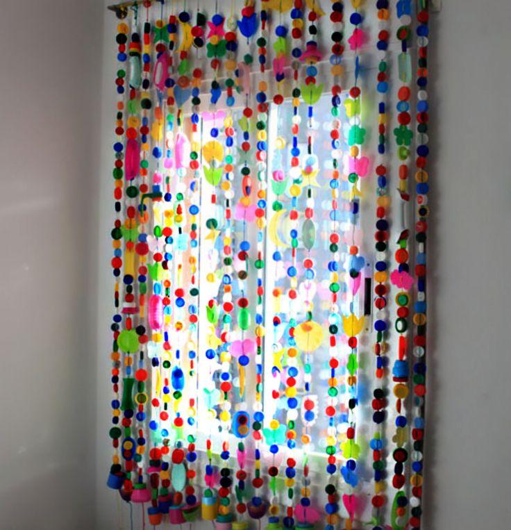Con los botones que se van acumulando en años, se puede realizar esta curiosa y bontita cortina. Simplemente tener mucha paciencia y muchos botones!