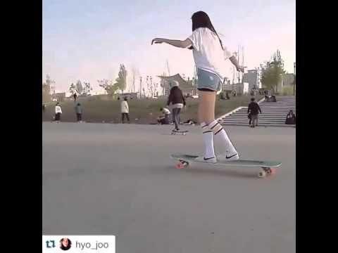 """Una bellaragazza koreana ballasullo skateboard, con la musica di Kero one """"so seductive"""", in un modo davvero originale e delicato."""