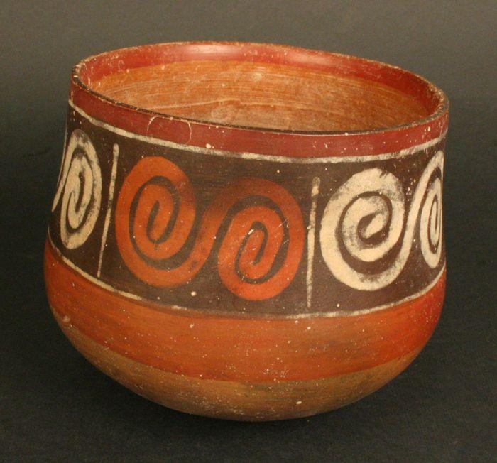 Vaso policromo. Cultura Nasca. Materiales: Cerámica  Periodo: Intermedio Temprano 100- 700 d.C.