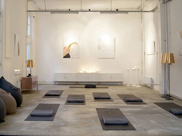 6 X The Best Yoga Addresses In Amsterdam For A Healthy Lifestyle Your Little Black Book Yoga Room Design Yoga Studio Decor Yoga Studio Interior