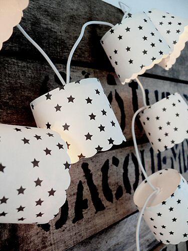 DIY: lichtslinger van muffinvormpjes en witte kerstboomverlichting