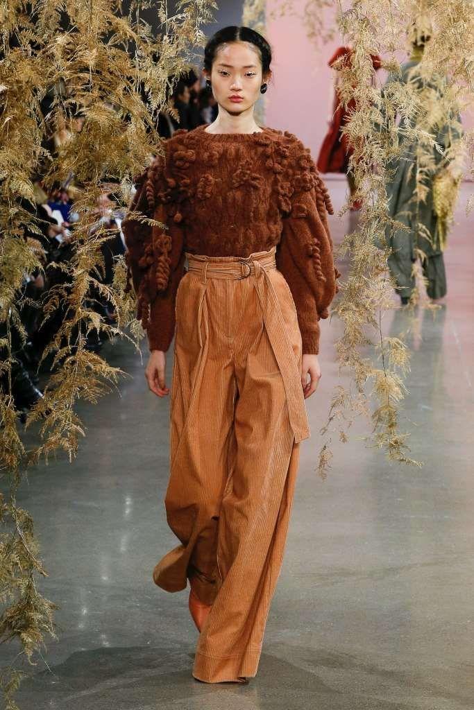 Tendenze moda Autunno-Inverno 2018-2019 dalla New York Fashion Week. ULLA JOHNSON PANTALONE A VITA ALTA Maglione marrone e pantalone a vita alta caramello