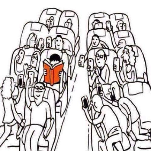 """Strano esemplare A volte chi legge un libro di carta è visto come un """"antiquato"""" dinosauro da fotografare!"""