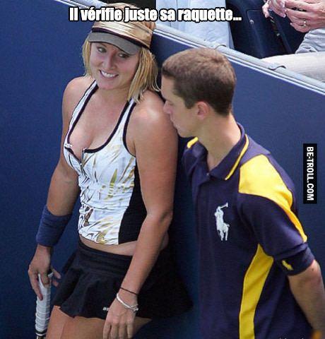 Il vérifie juste sa raquette...