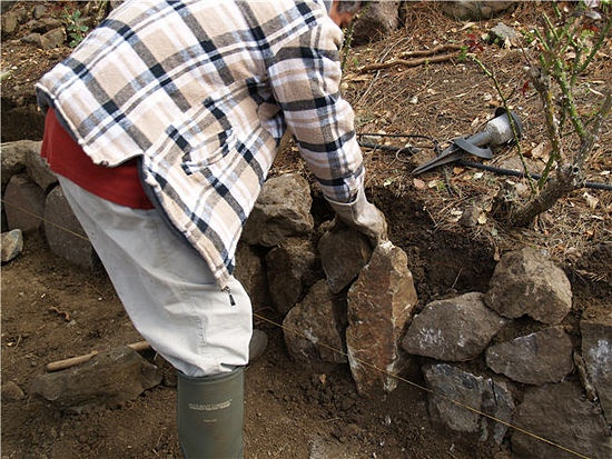 How to Build a Dry Stack Retaining Rock Wall: 9 steps - wikiHow