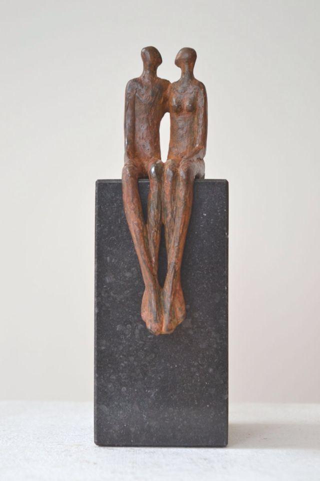 Bronzen beeldje van kunstenaar Ragonda IJtsma.   Thema sculptuur: liefde, relatie, huwelijk. #kunst #art #brons #huwelijk #sculptuur #marriage