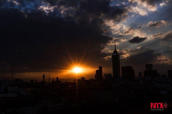 La emblemática Torre Latinoamericana en la #CDMX enmarcó el deslumbrante atardecer de este 22 de noviembre. #fotografia Notimex
