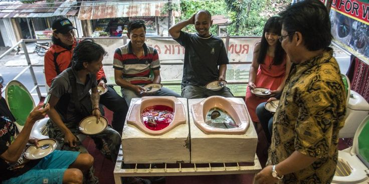 Na Indonésia, há um restaurante que serve a comida... em sanitas   SAPO Lifestyle