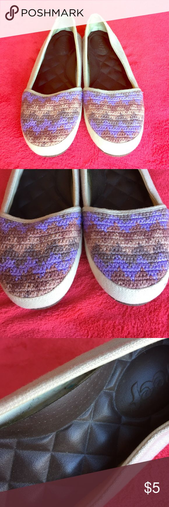 Reef slippers size 6.5 These Reef slippers have wonderful cushion on the sole for comfortable walking. They have been worn outside, so the sole is dirty. The inside of the shoe's glue has come unstuck, as seen in pictures. Reef Shoes Slippers