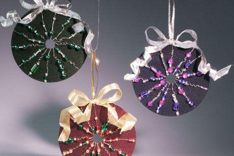 Técnica de decoração em CD com guirlanda de Natal - http://www.comofazer.org/faca-voce-mesmo/tecnica-de-decoracao-em-cd-com-guirlanda-de-natal/