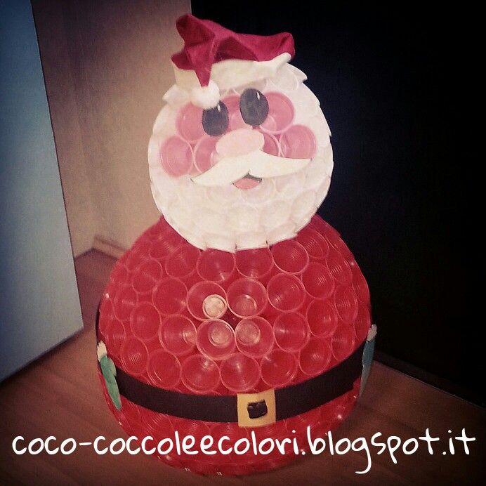 Babbo natale con i bicchieri di plastica/santa claus with ...