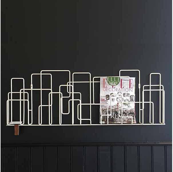 Koop @ SOOO.nl: design tijdschriftenrek voor aan de muur. Industrieel, van wit staaldraad en ideaal voor brochures, boeken, kranten, tijdschriften, folders. SOOO is official dealer van Minus Tio. City Sunday magazine rack.