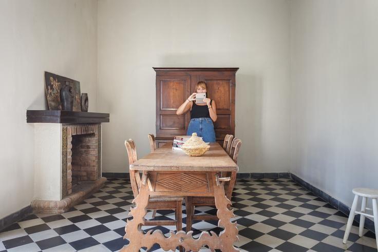 Jolanthe fotografiando posibles planos durante la planificación de la sesión de un palacete en Tarifa.