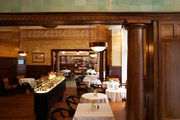 "Café ""Schwarzes Kameel""(""The black Camel""),Vienna,Austria. Established 1618. Кафе «Schwarzes Kameel» («Черный верблюд»), Вена, Австрия.Установлено 1618 год. 咖啡厅""Schwarzes Kameel""(""黑色骆驼""),维也纳,奥地利。 成立1618。"