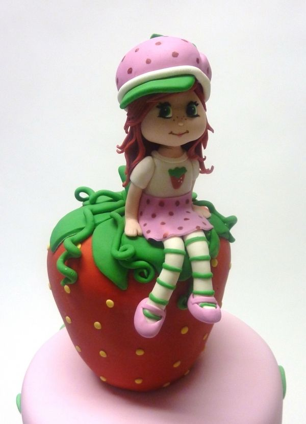Pulling of this kind of detail in fondant takes real skill